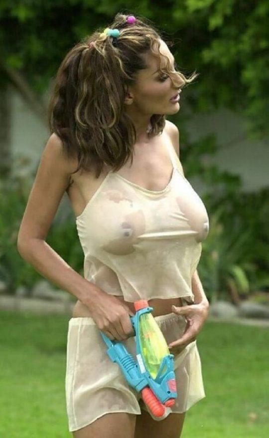 【画像あり】ノーブラTシャツがびしょ濡れになってるのに全く気にしてない女子、大好きwwwwwwwwwwwwwwwwwww・22枚目