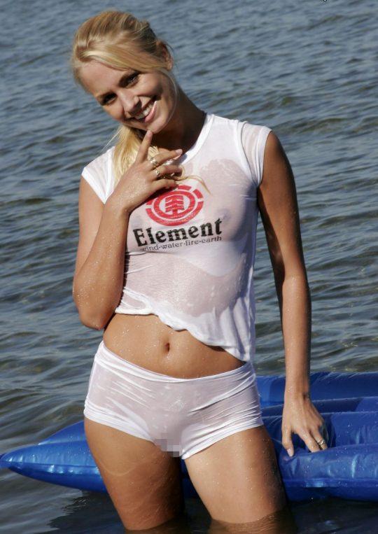 【画像あり】ノーブラTシャツがびしょ濡れになってるのに全く気にしてない女子、大好きwwwwwwwwwwwwwwwwwww・23枚目