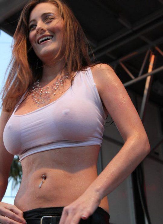 【画像あり】ノーブラTシャツがびしょ濡れになってるのに全く気にしてない女子、大好きwwwwwwwwwwwwwwwwwww・27枚目
