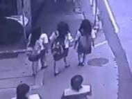 3人の女子高生、次の瞬間・・・(動画)