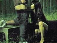 【無断撮影】公共の場で猥褻行為に没頭するカップルに限界まで近づいた結果ばれなかったからそのまま撮影