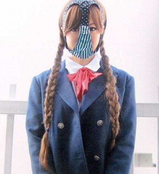 【悲報】ワイ、パンツ頭に被ってる女のエロさが全く分からないwww 間抜けにしか見えないのワイだけか?wwwww(※画像あり)・16枚目