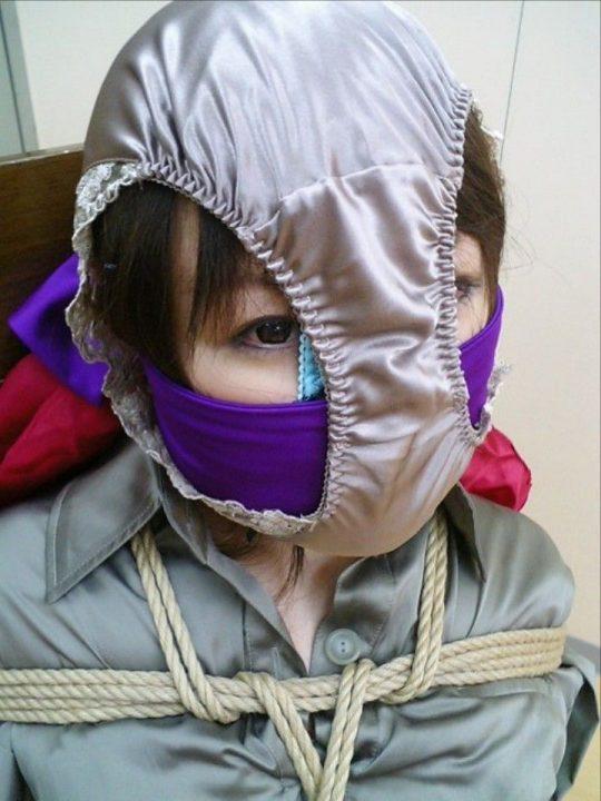 【悲報】ワイ、パンツ頭に被ってる女のエロさが全く分からないwww 間抜けにしか見えないのワイだけか?wwwww(※画像あり)・23枚目