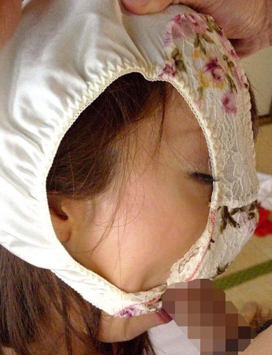 【悲報】ワイ、パンツ頭に被ってる女のエロさが全く分からないwww 間抜けにしか見えないのワイだけか?wwwww(※画像あり)・14枚目