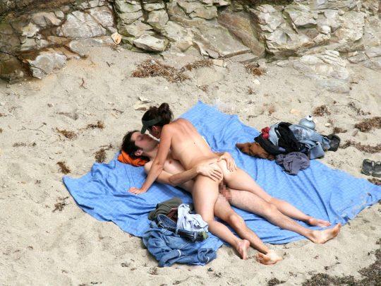 【ビーチおっぱい】海外のヌーディストビーチ、今年もとんでもないおっぱいモンスター多数でワロタwwwwwwww(画像、GIF160枚)・140枚目