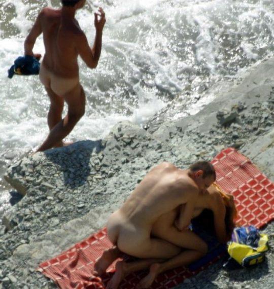 【ビーチおっぱい】海外のヌーディストビーチ、今年もとんでもないおっぱいモンスター多数でワロタwwwwwwww(画像、GIF160枚)・154枚目