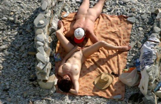 【ビーチおっぱい】海外のヌーディストビーチ、今年もとんでもないおっぱいモンスター多数でワロタwwwwwwww(画像、GIF160枚)・157枚目