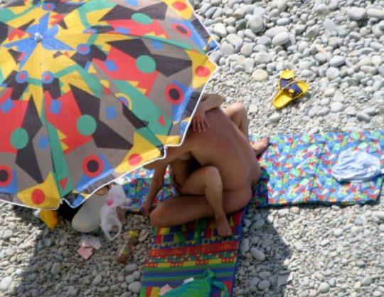 【ビーチおっぱい】海外のヌーディストビーチ、今年もとんでもないおっぱいモンスター多数でワロタwwwwwwww(画像、GIF160枚)・158枚目