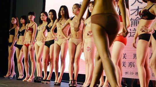 【画像あり】中国の下着ファッションショーの様子をご覧下さいwwwwwwwwwwwwwwwwwwwwwwwwwwww・1枚目