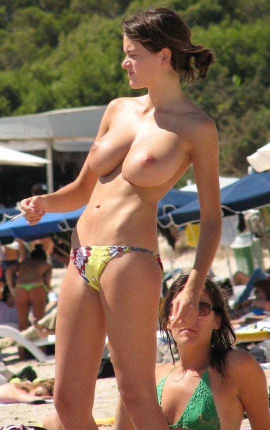 【ビーチおっぱい】海外のヌーディストビーチ、今年もとんでもないおっぱいモンスター多数でワロタwwwwwwww(画像、GIF160枚)・3枚目