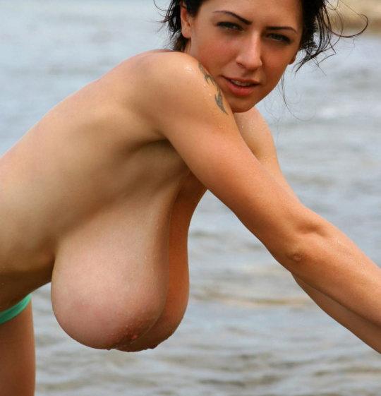 【ビーチおっぱい】海外のヌーディストビーチ、今年もとんでもないおっぱいモンスター多数でワロタwwwwwwww(画像、GIF160枚)・9枚目