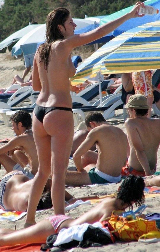 【ビーチおっぱい】海外のヌーディストビーチ、今年もとんでもないおっぱいモンスター多数でワロタwwwwwwww(画像、GIF160枚)・10枚目
