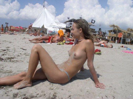 【ビーチおっぱい】海外のヌーディストビーチ、今年もとんでもないおっぱいモンスター多数でワロタwwwwwwww(画像、GIF160枚)・23枚目