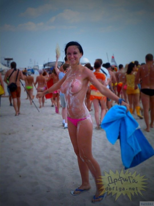 【ビーチおっぱい】海外のヌーディストビーチ、今年もとんでもないおっぱいモンスター多数でワロタwwwwwwww(画像、GIF160枚)・38枚目