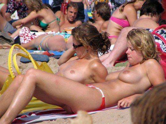 【ビーチおっぱい】海外のヌーディストビーチ、今年もとんでもないおっぱいモンスター多数でワロタwwwwwwww(画像、GIF160枚)・50枚目