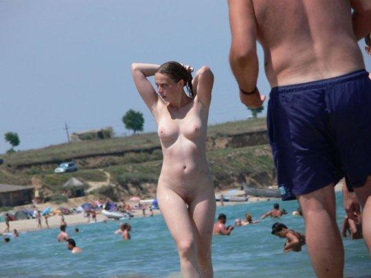 【ビーチおっぱい】海外のヌーディストビーチ、今年もとんでもないおっぱいモンスター多数でワロタwwwwwwww(画像、GIF160枚)・70枚目