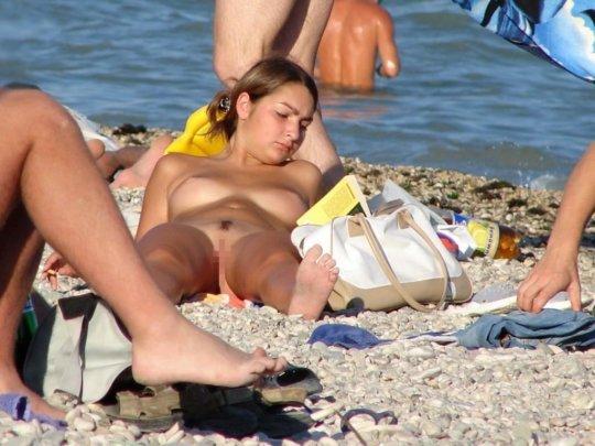 【ビーチおっぱい】海外のヌーディストビーチ、今年もとんでもないおっぱいモンスター多数でワロタwwwwwwww(画像、GIF160枚)・77枚目