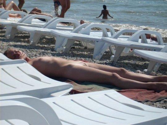 【ビーチおっぱい】海外のヌーディストビーチ、今年もとんでもないおっぱいモンスター多数でワロタwwwwwwww(画像、GIF160枚)・83枚目