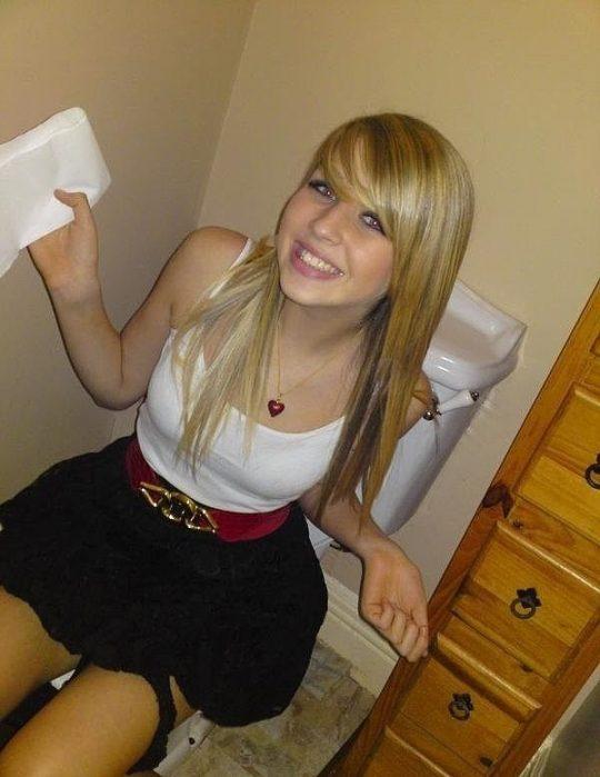 【画像あり】外人女子のおふざけトイレ画像、すこwwwwwwwwwwwwwwwwwwwwwwwwwwwwwwwwwww・5枚目