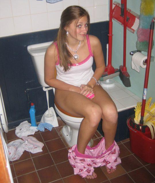 【画像あり】外人女子のおふざけトイレ画像、すこwwwwwwwwwwwwwwwwwwwwwwwwwwwwwwwwwww・13枚目