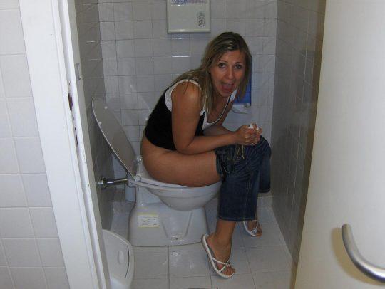 【画像あり】外人女子のおふざけトイレ画像、すこwwwwwwwwwwwwwwwwwwwwwwwwwwwwwwwwwww・14枚目