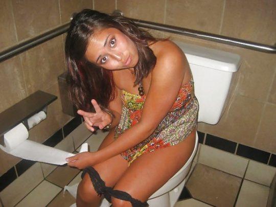 【画像あり】外人女子のおふざけトイレ画像、すこwwwwwwwwwwwwwwwwwwwwwwwwwwwwwwwwwww・15枚目