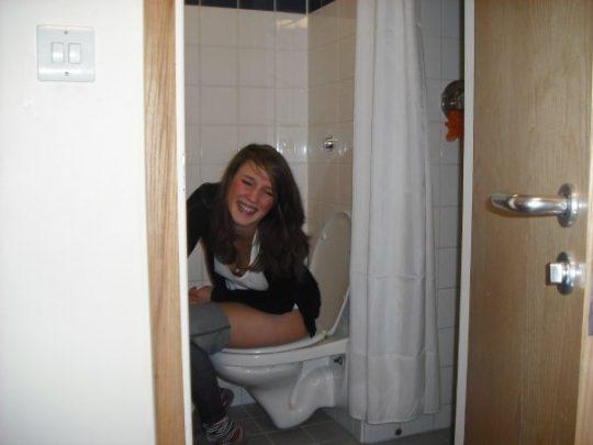 【画像あり】外人女子のおふざけトイレ画像、すこwwwwwwwwwwwwwwwwwwwwwwwwwwwwwwwwwww・20枚目