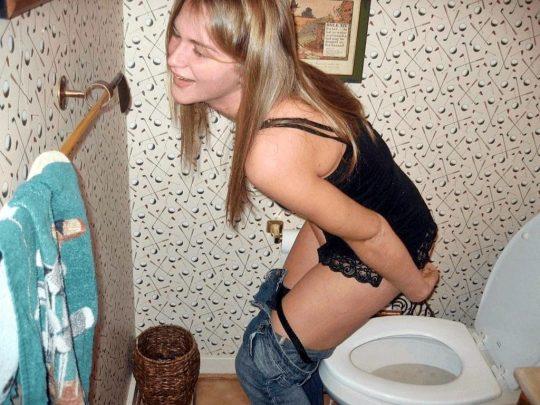 【画像あり】外人女子のおふざけトイレ画像、すこwwwwwwwwwwwwwwwwwwwwwwwwwwwwwwwwwww・24枚目