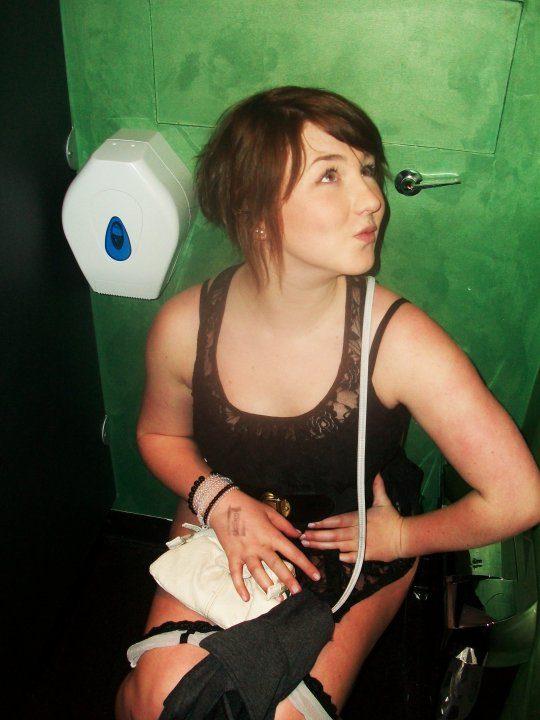 【画像あり】外人女子のおふざけトイレ画像、すこwwwwwwwwwwwwwwwwwwwwwwwwwwwwwwwwwww・28枚目