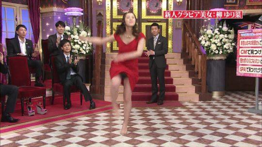 【画像あり】TV芸能人パンチラ王決定戦スレwwww → AKBの豪快にめくってるのワロタwwwwwwwwwwww・24枚目