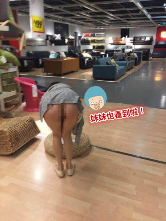 【速報・マジキチ】IKEAで女性が下半身露出して買い物してる写真がSNSに拡散www警察も捜査にwwwwwwwww(画像あり)・5枚目