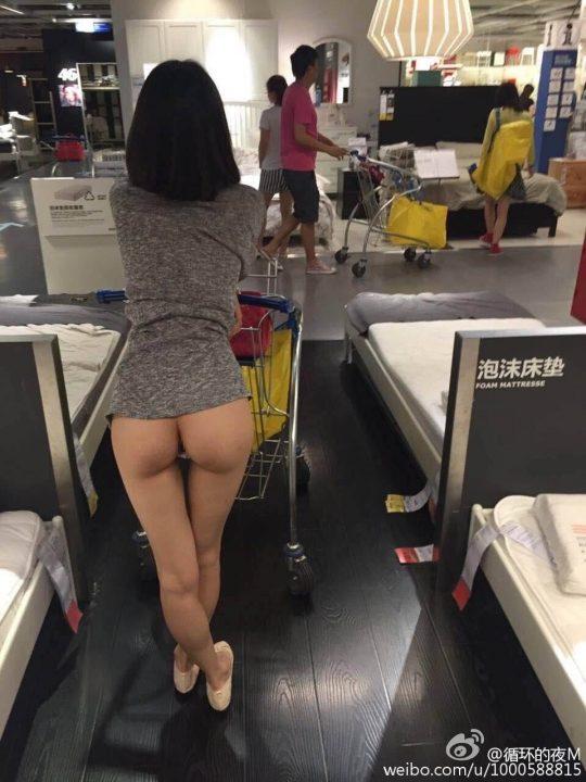 【速報・マジキチ】IKEAで女性が下半身露出して買い物してる写真がSNSに拡散www警察も捜査にwwwwwwwww(画像あり)・7枚目