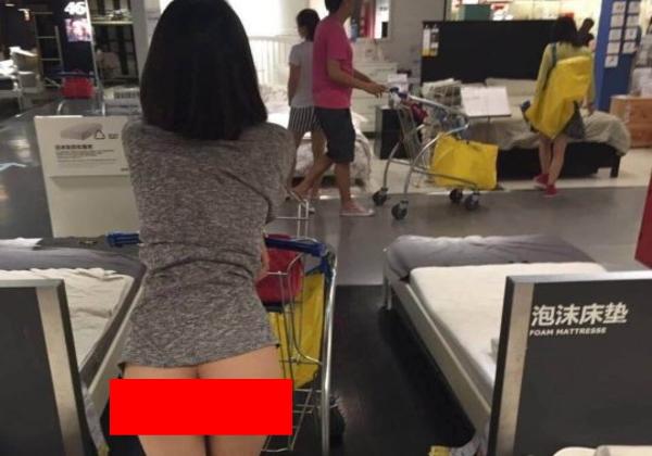 (速報・マジキチ)IKEAで女性が下半身露出して買い物してる写真がSNSに拡散wwwwww警察も捜査にwwwwwwwwwwwwwwwwww(写真あり)