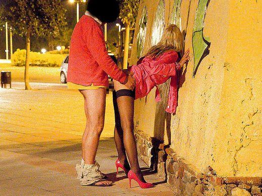 (懲戒免職不可避)路上売春婦にしゃぶらせている警察官が激写されるwwwwwwwwwwwwwwwwwwwwwwwwwwwwwwwwwwww(写真あり)