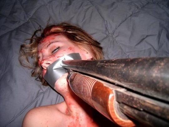 閲覧注意なレイポ画像・・・ガチで銃で脅されてるやん。。(画像あり)・18枚目
