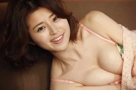 【2chまとめ】筧美和子のコラみたいなおっぱいwwwwwwwww→ 「乳首立ってるやんけ!」「ほんまに立ってて草」・6枚目