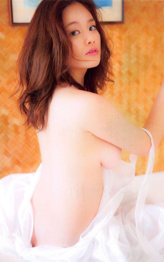 【2chまとめ】筧美和子のコラみたいなおっぱいwwwwwwwww→ 「乳首立ってるやんけ!」「ほんまに立ってて草」・14枚目