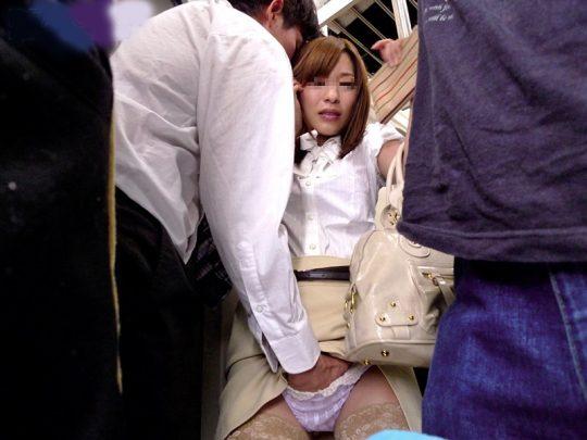 【画像あり】厚かましい痴漢は結構堂々とパンツに手入れて手マンしてくるって・・・こマ???(画像あり)・17枚目