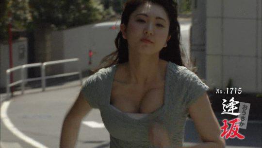 【放送事故】地上波で自らチクビを出していったこの女の人wwwwwwwwwwwwwwwwwwwwwwwwwww(GIFあり)・13枚目