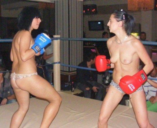 【マジキチ】最近海外で行われてるトップレスボクシング(女)とかいう性競技wwwwwwwwwwwwwwwww(画像あり)・1枚目