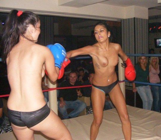 【マジキチ】最近海外で行われてるトップレスボクシング(女)とかいう性競技wwwwwwwwwwwwwwwww(画像あり)・2枚目