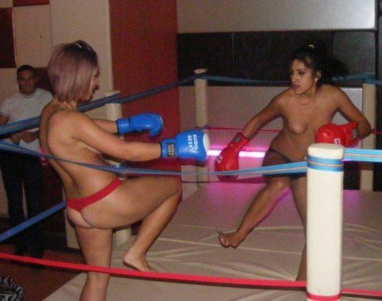 【マジキチ】最近海外で行われてるトップレスボクシング(女)とかいう性競技wwwwwwwwwwwwwwwww(画像あり)・3枚目