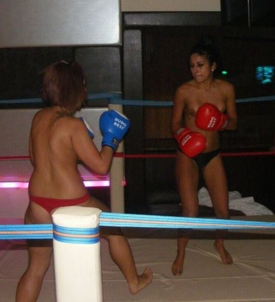 【マジキチ】最近海外で行われてるトップレスボクシング(女)とかいう性競技wwwwwwwwwwwwwwwww(画像あり)・6枚目