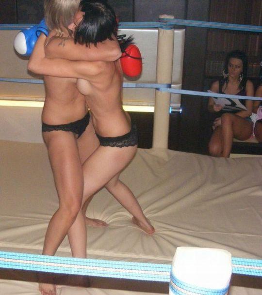 【マジキチ】最近海外で行われてるトップレスボクシング(女)とかいう性競技wwwwwwwwwwwwwwwww(画像あり)・9枚目
