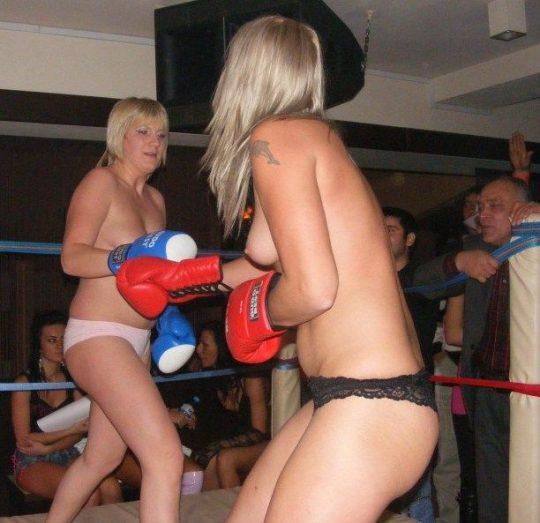 【マジキチ】最近海外で行われてるトップレスボクシング(女)とかいう性競技wwwwwwwwwwwwwwwww(画像あり)・11枚目