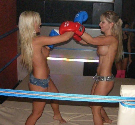【マジキチ】最近海外で行われてるトップレスボクシング(女)とかいう性競技wwwwwwwwwwwwwwwww(画像あり)・12枚目