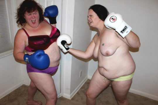 【マジキチ】最近海外で行われてるトップレスボクシング(女)とかいう性競技wwwwwwwwwwwwwwwww(画像あり)・16枚目