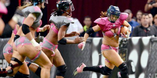 米国まんさん「女子フットボールいまいち人気でーへんわ・・・せや!下着でやったろ!」 →結果wwwwwwwwwwww(画像あり)・4枚目