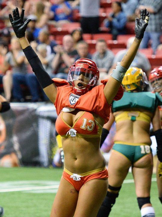 米国まんさん「女子フットボールいまいち人気でーへんわ・・・せや!下着でやったろ!」 →結果wwwwwwwwwwww(画像あり)・6枚目