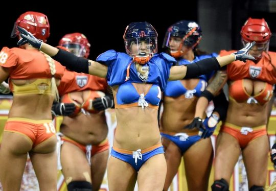 米国まんさん「女子フットボールいまいち人気でーへんわ・・・せや!下着でやったろ!」 →結果wwwwwwwwwwww(画像あり)・7枚目